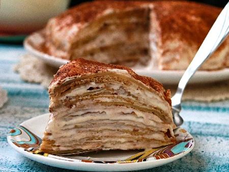 Палачинкова торта с плънка от нишестен яйчен крем и украса от какао - снимка на рецептата